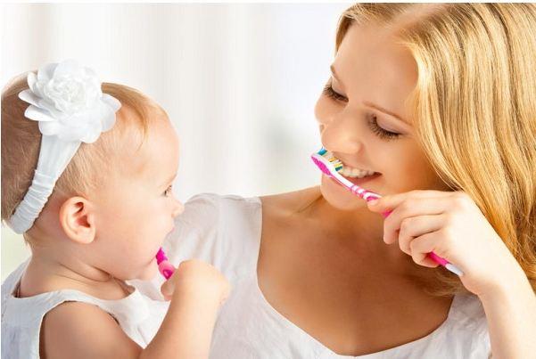 Thực hiện vệ sinh răng cho trẻ bằng bàn chải đánh răng
