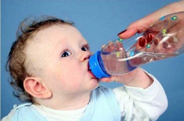 Bổ sung thêm nước lọc cho bé