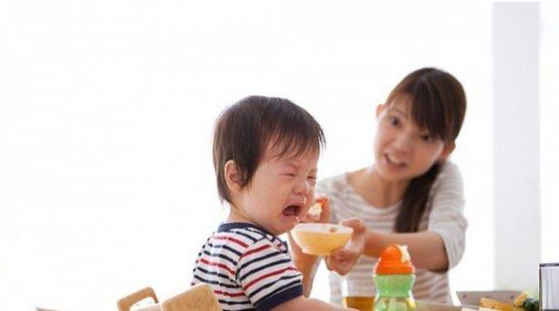 Cơn đau nhức của mọc răng sẽ khiến trẻ biếng ăn
