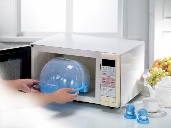 Sử dụng lò vi sóng để vệ sinh bình sữa