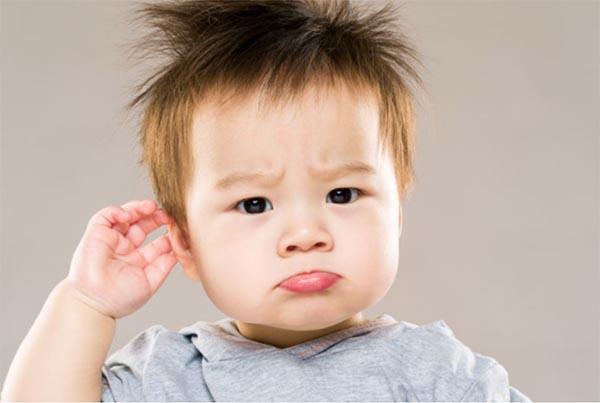 Trẻ bị sốt và thường xuyên bứt rứt tai