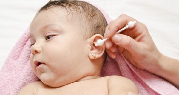 Mẹ cần vệ sinh tai cho con sạch sẽ, hạn chế sự tiếp xúc với khói thuốc lá