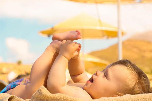 Tắm nắng đúng cách cho bé