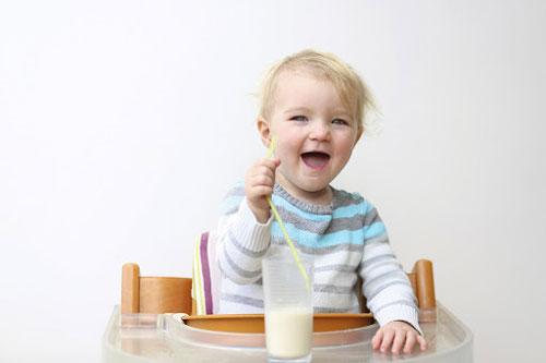 Có nên cho bé uống sữa tươi không?