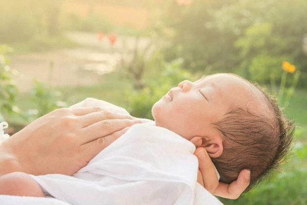 Thời gian tắm nắng của trẻ sơ sinh bao nhiêu là đủ