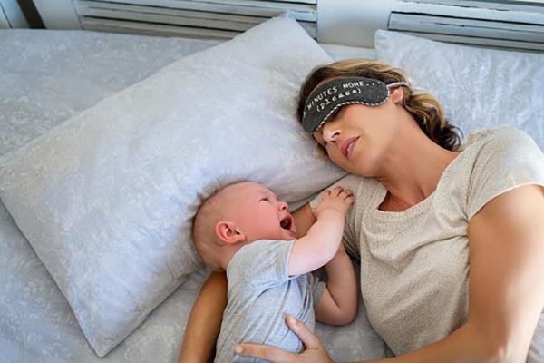 làm thế nào để tập cho trẻ tự ngủ và ngủ suốt đêm không quấy khóc